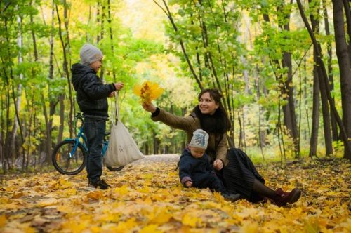 Vestirse para sus fotos familiares de otoño